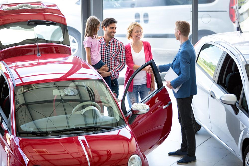 Familie kauft neues Auto